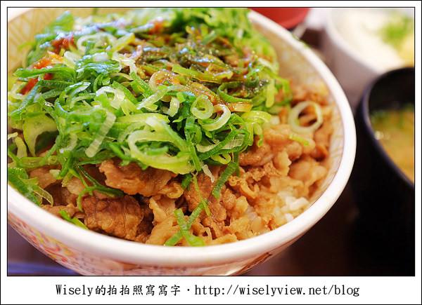 【食記】2011關西(京阪神)-08:すき家Sukiya-香蔥玉子牛丼 (Fujifilm X100)