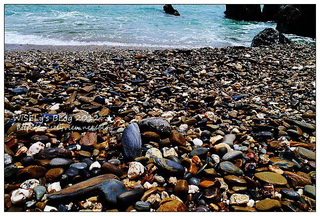 【遊玩】宜蘭縣.蘇澳鎮:(景點)曾經的賊仔澳垃圾場,現在的美麗玻璃海灘@山路陡峭要注意安全