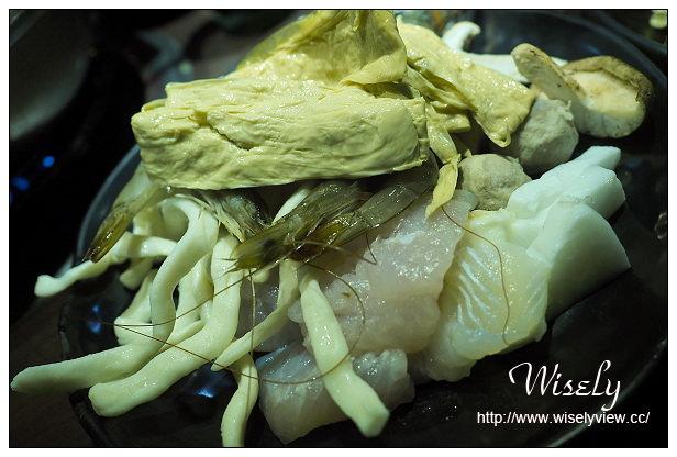 【食記】台北市。萬華區:西門町美食@瘋麻辣鴛鴦鍋~大推花雕雞鍋(吃到飽)