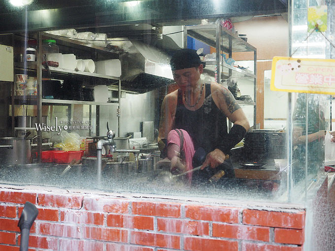 《台北文山。捷運動物園站美食》(木柵政大)永康街左撇子@豬肉炒飯、黑胡椒牛肉燴飯