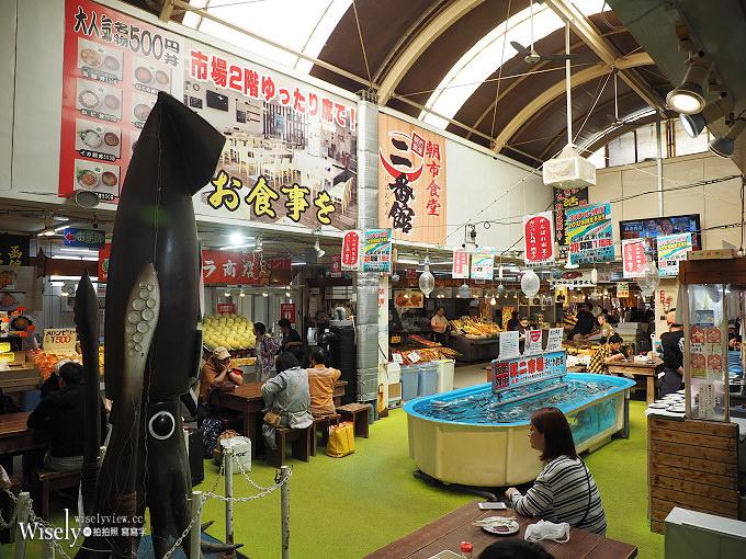 《日本北海道。函館朝市&橫丁市場》烤扇貝生吃海膽,在地生鮮漁夫食堂,品嚐現釣烏賊