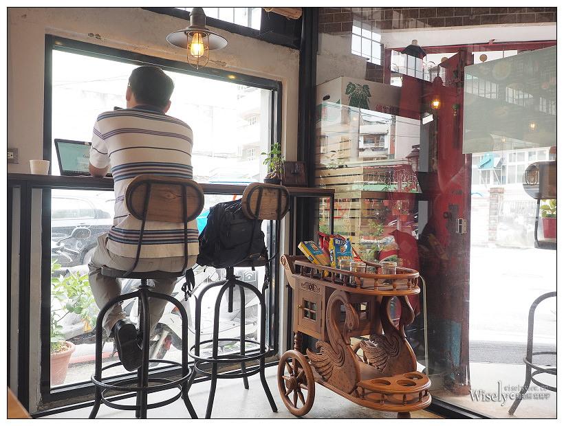 新北新店。探尋咖啡 Touch Café︱鄰近安坑陽光橋的私房咖啡輕食早午餐~義式湯麵+蛋披薩,還有料好實在綜合水果冰沙,以及亮點的貓狗水彩繪作