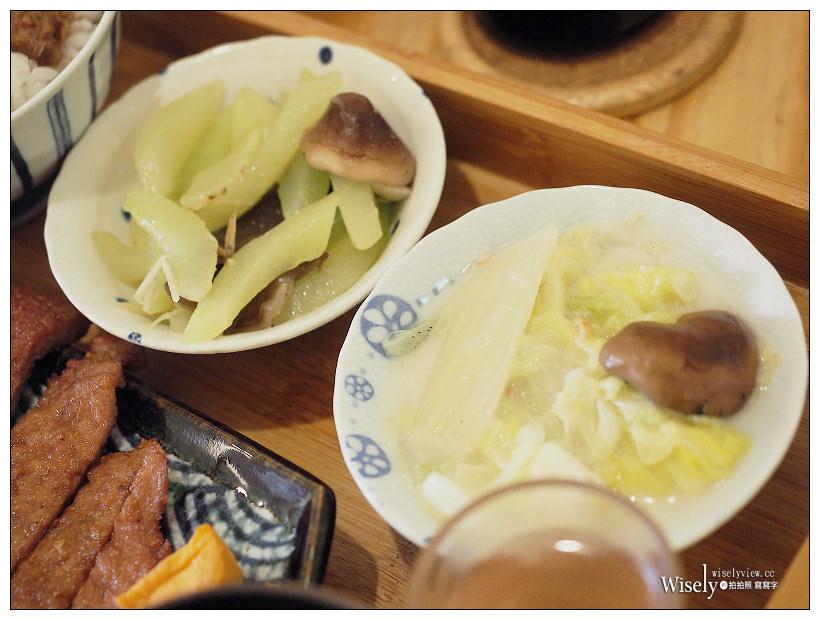 台中西區。武褐手打排骨便當︱文青風格台式排骨飯,加烏醋添蒜辣醬更好吃
