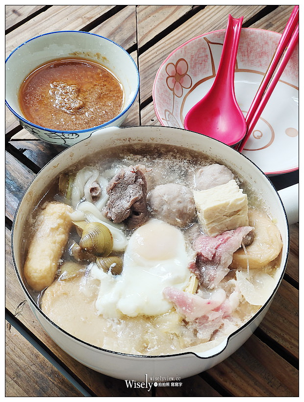 宅配美食。雅香石頭火鍋︱招牌石頭火鍋套餐&麻辣鍋套餐,四款肉品配料豐富,湯頭實在黃金沙茶醬味道佳~在家防疫隔離,也能輕鬆品嚐熱呼呼的好滋味