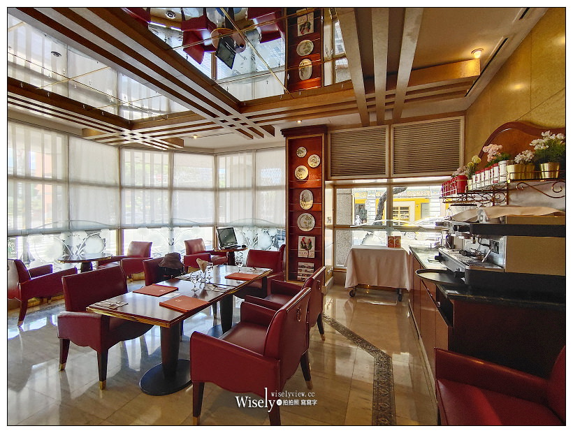 台北。歐華酒店:歐麗蛋糕坊(內用菜單)︱浮誇實在的四色漢堡,還有平價美味的義大利麵與沙拉炸物,在一流歐美裝潢空間享用美食~捷運中山國小站美食