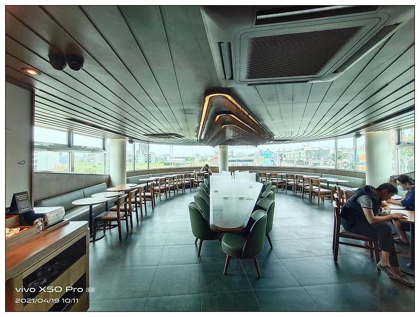 頭城景點。星巴克遊艇門市︱簡約藍白玻璃帷幕與特色造型星巴克杯,相鄰烏石港與頭城車站
